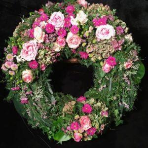 Friedhof Inningen Trauerkranz von Blumen Flaschka